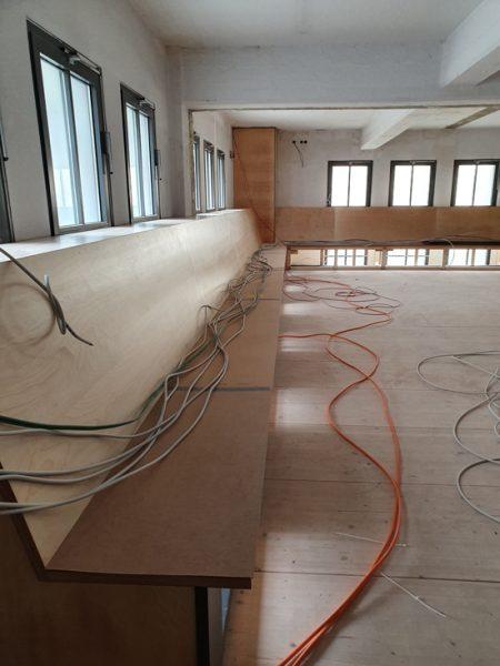 Eine lange Bank auf der Galerie - vorerst für die Kabelverlegerei aber dann...